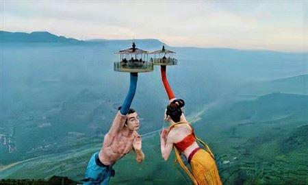 Tượng khổng lồ xoay 360 độ giữa núi 🗽