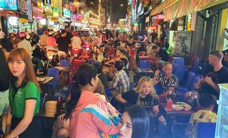 Đường Sài Gòn nhộn nhịp trở lại giữa dịch Covid-19: Phố Tây, phố đi bộ đã... vui! 🎡
