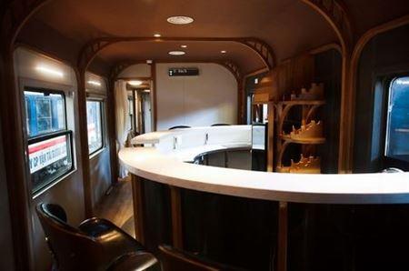 Khám phá tàu hoả trang bị quầy bar, phòng massage phục vụ khách 🚄